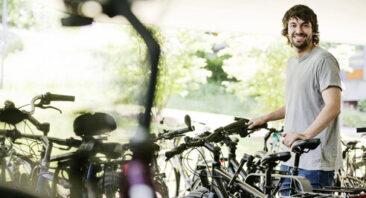 мъж паркира велосипед